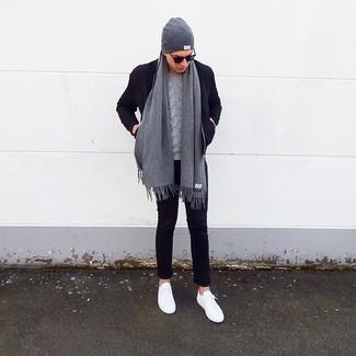 Come indossare e abbinare: giubbotto bomber di lana blu scuro, maglione a trecce grigio, chino blu scuro, sneakers basse bianche