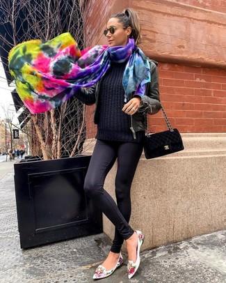 Come indossare: giubbotto bomber in pelle nero, maglione a trecce nero, leggings neri, mocassini eleganti in pelle a fiori bianchi
