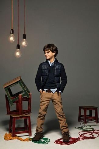 Come indossare: giubbotto bomber blu scuro, maglione blu scuro, camicia a maniche lunghe a quadretti azzurra, jeans marroni