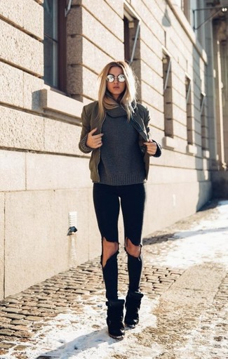Come indossare e abbinare un maglione con scollo a cappuccio grigio scuro: Prova a combinare un maglione con scollo a cappuccio grigio scuro con jeans aderenti strappati neri per un outfit rilassato ma alla moda. Sneakers con zeppa in pelle scamosciata nere sono una splendida scelta per completare il look.