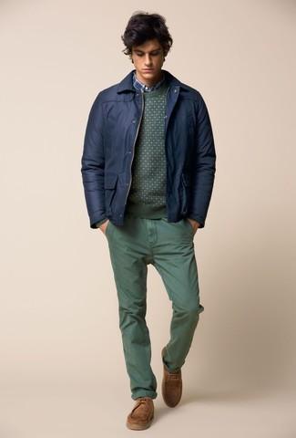 Come indossare e abbinare: giubbotto bomber blu scuro, maglione girocollo verde, camicia a maniche lunghe scozzese blu, chino verdi
