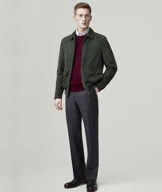 Come indossare e abbinare: giubbotto bomber in pelle scamosciata verde scuro, maglione girocollo bordeaux, camicia a maniche lunghe bianca, pantaloni eleganti di lana grigio scuro