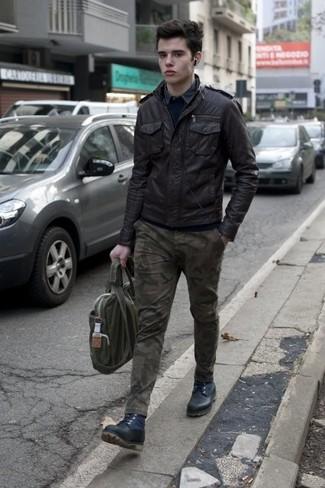 Come indossare e abbinare: giubbotto bomber in pelle nero, maglione girocollo blu scuro, camicia a maniche lunghe grigia, chino mimetici verde oliva