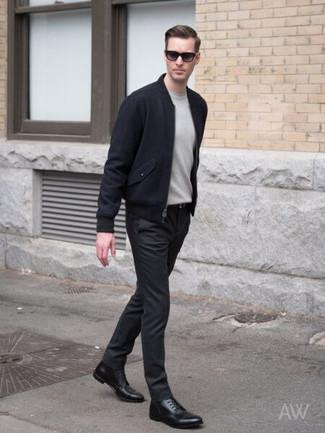 Come indossare e abbinare: giubbotto bomber di lana blu scuro, maglione girocollo grigio, chino neri, stivali eleganti in pelle neri