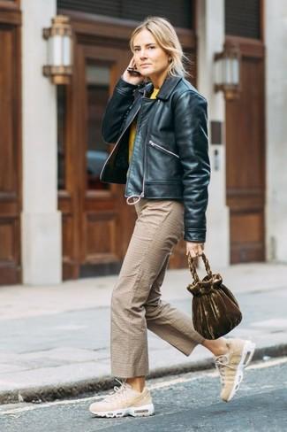 Come indossare: giubbotto bomber in pelle nero, maglione girocollo giallo, gonna pantalone a quadri marrone chiaro, scarpe sportive beige