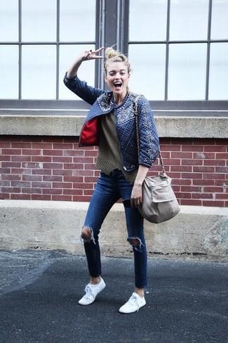 Come indossare: giubbotto bomber trapuntato blu scuro, maglione girocollo verde oliva, jeans aderenti strappati blu, sneakers basse bianche