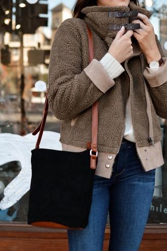 Come indossare e abbinare: giubbotto bomber di pile marrone, maglione girocollo bianco, jeans aderenti blu, borsa a secchiello in pelle scamosciata nera