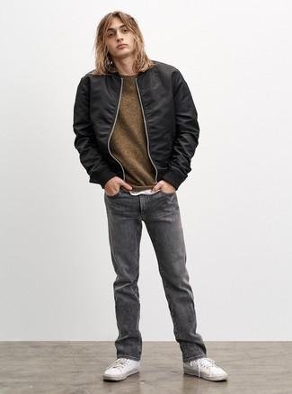 Come indossare e abbinare: giubbotto bomber nero, maglione girocollo verde oliva, t-shirt girocollo bianca, jeans grigi