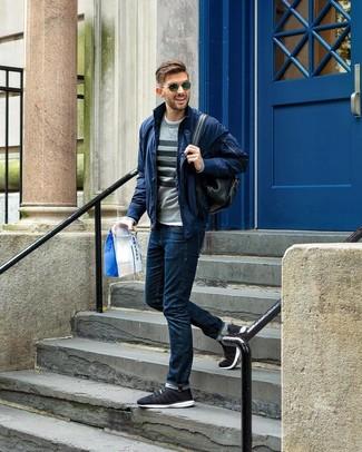 Come indossare e abbinare: giubbotto bomber blu scuro, maglione girocollo a righe orizzontali grigio, t-shirt girocollo bianca, jeans blu scuro