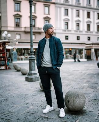 Come indossare e abbinare: giubbotto bomber foglia di tè, maglione girocollo grigio, t-shirt girocollo bianca, pantaloni sportivi neri