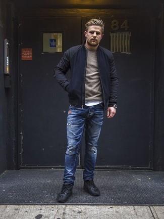 Trend da uomo 2020 in modo rilassato: Opta per un giubbotto bomber blu scuro e jeans strappati blu per un outfit rilassato ma alla moda. Indossa un paio di scarpe sportive nere per un tocco più rilassato.