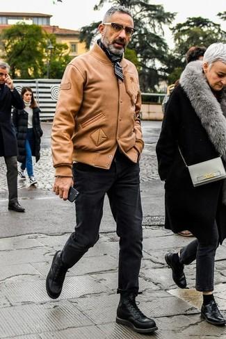 Come indossare: giubbotto bomber in pelle marrone chiaro, jeans aderenti neri, stivali casual in pelle neri, bandana nera e bianca