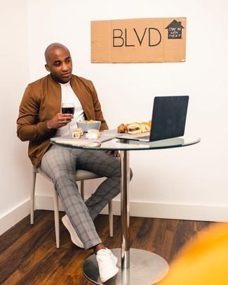 Trend da uomo 2020: Prova ad abbinare un giubbotto bomber marrone con chino scozzesi grigi per un look spensierato e alla moda. Sneakers basse di tela bianche sono una splendida scelta per completare il look.