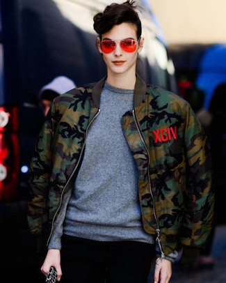 Come indossare: giubbotto bomber mimetico verde oliva, maglione girocollo grigio, occhiali da sole arancioni