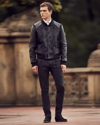 Come indossare e abbinare: giubbotto bomber in pelle nero, camicia elegante bianca, jeans neri, stivali texani in pelle scamosciata neri