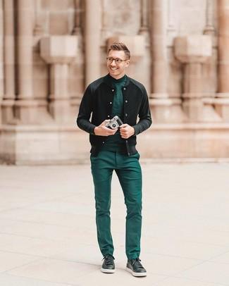 Come indossare e abbinare un dolcevita verde: Combina un dolcevita verde con pantaloni eleganti verdi per essere sofisticato e di classe. Abbina questi abiti a un paio di sneakers basse in pelle nere.