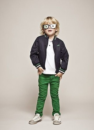 Come indossare e abbinare: giubbotto bomber nero, t-shirt bianca, jeans verdi, sneakers bianche