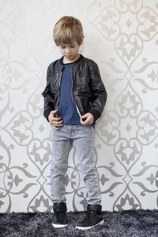 Come indossare: giubbotto bomber nero, t-shirt blu scuro, jeans grigi, sneakers nere