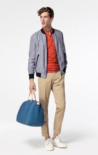 Trend da uomo 2020 in primavera 2021: Per un outfit quotidiano pieno di carattere e personalità, mostra il tuo stile in un giubbotto bomber azzurro con chino marrone chiaro. Per un look più rilassato, scegli un paio di sneakers basse di tela bianche come calzature. Una eccellente scelta per un look primaverile!