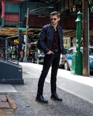 Come indossare e abbinare: giubbotto bomber blu scuro, serafino manica lunga nero, jeans neri, stivali casual in pelle neri