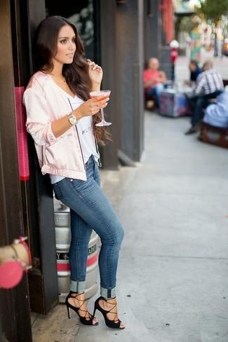 Trend da donna: Abbina un giubbotto bomber di raso rosa con jeans aderenti blu per un fantastico look da sfoggiare nel weekend. Sandali con tacco in pelle scamosciata neri sono una interessante scelta per completare il look.