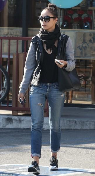 Come indossare: giubbotto bomber in pelle nero, t-shirt con scollo a v nera, jeans strappati blu, scarpe derby in pelle nere