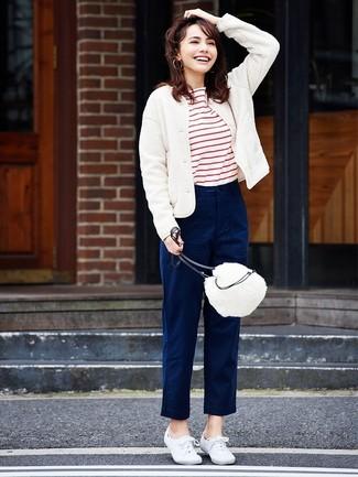 Come indossare: giubbotto bomber di lana bianco, t-shirt girocollo a righe orizzontali bianca e rossa, chino blu scuro, sneakers basse di tela bianche