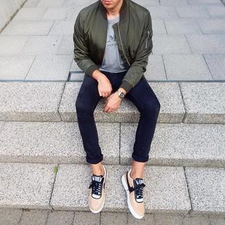Come indossare e abbinare: giubbotto bomber verde scuro, t-shirt girocollo stampata grigia, chino blu scuro, sneakers basse marrone chiaro