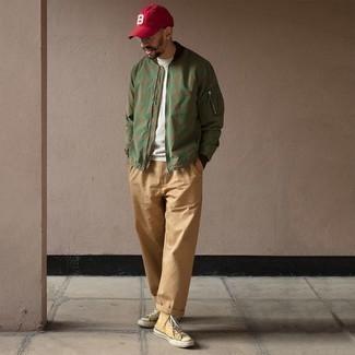 Come indossare e abbinare un berretto da baseball bordeaux: Opta per un giubbotto bomber verde oliva e un berretto da baseball bordeaux per un'atmosfera casual-cool. Mettiti un paio di sneakers alte di tela senapi per dare un tocco classico al completo.