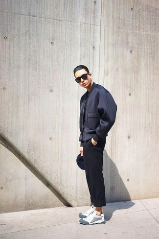 Trend da uomo 2020: Vestiti con un giubbotto bomber blu scuro e chino neri per un look semplice, da indossare ogni giorno. Scarpe sportive grigie renderanno il tuo look davvero alla moda.