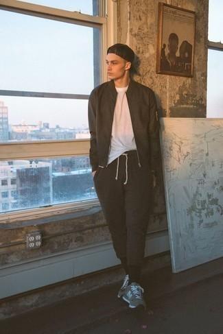 Come indossare e abbinare un orologio nero: Scegli un outfit rilassato in un giubbotto bomber marrone scuro e un orologio nero. Ispirati all'eleganza di Luca Argentero e completa il tuo look con un paio di scarpe sportive grigie.