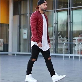 Come indossare e abbinare: giubbotto bomber trapuntato rosso, t-shirt girocollo bianca, jeans aderenti strappati neri, sneakers alte in pelle bianche