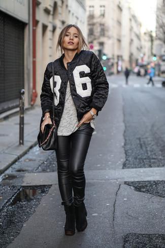 Come indossare: giubbotto bomber stampato nero e bianco, t-shirt girocollo grigia, jeans aderenti in pelle neri, stivaletti in pelle scamosciata pesanti neri