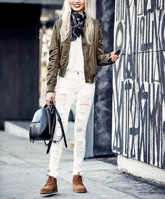 Trend da donna in modo rilassato: Scegli un giubbotto bomber verde oliva e jeans aderenti strappati bianchi per un look comfy-casual. Completa questo look con un paio di stivali piatti stringati in pelle scamosciata marroni.