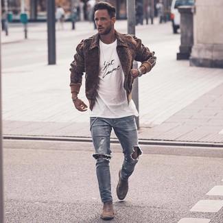 Come indossare e abbinare: giubbotto bomber di lana marrone, t-shirt girocollo stampata bianca e nera, jeans aderenti strappati azzurri, stivali chelsea in pelle scamosciata grigi