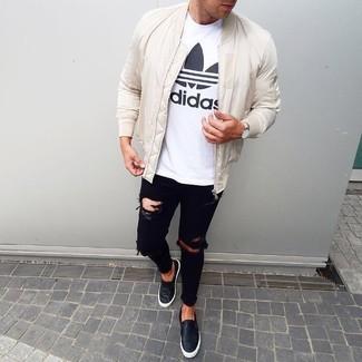 Come indossare e abbinare: giubbotto bomber bianco, t-shirt girocollo stampata bianca e nera, jeans aderenti strappati neri, sneakers senza lacci in pelle nere