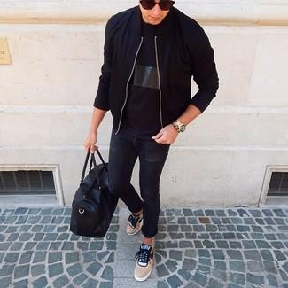 Come indossare e abbinare: giubbotto bomber nero, t-shirt girocollo nera, jeans aderenti neri, sneakers basse marrone chiaro