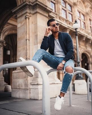 Come indossare e abbinare un orologio argento: Vestiti con un giubbotto bomber blu scuro e un orologio argento per una sensazione di semplicità e spensieratezza. Sfodera il gusto per le calzature di lusso e opta per un paio di sneakers basse di tela bianche.