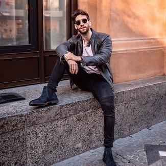 Come indossare e abbinare jeans aderenti neri: Prova ad abbinare un giubbotto bomber in pelle nero con jeans aderenti neri per un look semplice, da indossare ogni giorno. Sfodera il gusto per le calzature di lusso e mettiti un paio di stivali chelsea in pelle scamosciata blu scuro.