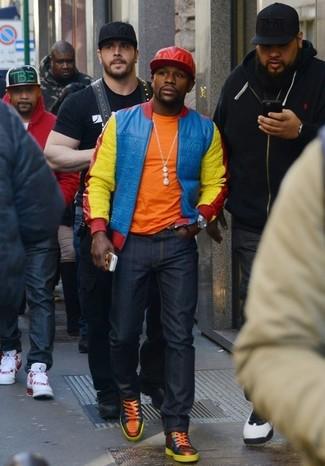 Come indossare e abbinare: giubbotto bomber multicolore, t-shirt girocollo arancione, jeans blu scuro, sneakers alte in pelle arancioni