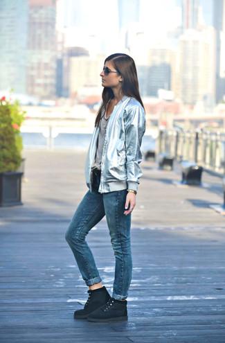 Come indossare e abbinare jeans blu: Potresti indossare un giubbotto bomber argento e jeans blu per un pranzo domenicale con gli amici. Stivali piatti stringati in pelle scamosciata neri sono una interessante scelta per completare il look.