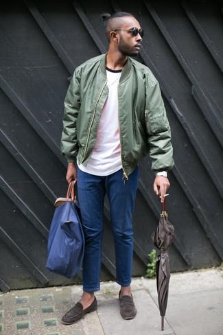Come indossare e abbinare: giubbotto bomber verde oliva, t-shirt girocollo bianca, jeans blu, mocassini eleganti in pelle scamosciata marrone scuro