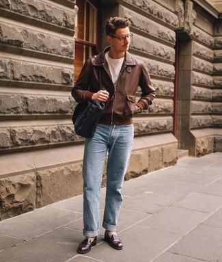 Come indossare e abbinare: giubbotto bomber in pelle marrone, t-shirt girocollo bianca, jeans azzurri, mocassini eleganti in pelle marrone scuro