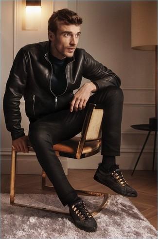 Come indossare e abbinare: giubbotto bomber in pelle nero, t-shirt girocollo nera, jeans neri, sneakers basse in pelle scamosciata nere