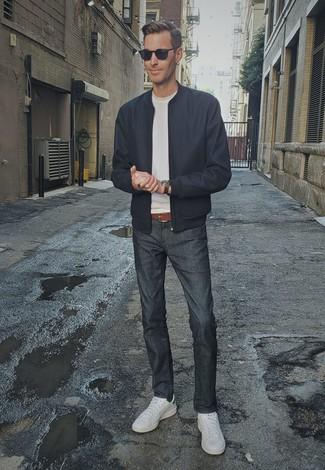 Come indossare e abbinare un orologio in pelle marrone: Combina un giubbotto bomber blu scuro con un orologio in pelle marrone per una sensazione di semplicità e spensieratezza. Scegli uno stile classico per le calzature e scegli un paio di sneakers basse in pelle bianche come calzature.