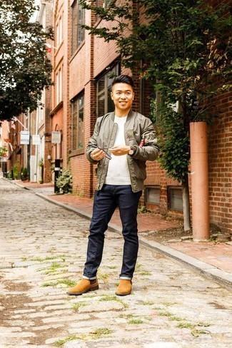 Trend da uomo: Indossa un giubbotto bomber verde oliva con jeans blu scuro per un look semplice, da indossare ogni giorno. Scegli uno stile classico per le calzature e indossa un paio di stivali chelsea in pelle scamosciata marrone chiaro.