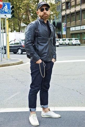 Come indossare e abbinare jeans blu scuro: Una giornata impegnativa richiede un outfit semplice ma elegante, come un giubbotto bomber in pelle nero e jeans blu scuro. Ispirati all'eleganza di Luca Argentero e completa il tuo look con un paio di sneakers basse in pelle bianche.