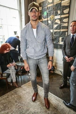 Come indossare e abbinare jeans grigi: Indossa un giubbotto bomber in pelle scamosciata grigio con jeans grigi per vestirti casual. Scegli uno stile classico per le calzature e mettiti un paio di stivali chelsea in pelle marroni.
