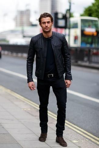 Come indossare e abbinare jeans neri: Per un outfit quotidiano pieno di carattere e personalità, potresti abbinare un giubbotto bomber in pelle nero con jeans neri. Calza un paio di stivali chelsea in pelle scamosciata marrone scuro per un tocco virile.