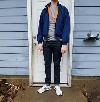 Trend da uomo 2020: Vestiti con un giubbotto bomber blu scuro e jeans blu scuro per un look raffinato per il tempo libero. Prova con un paio di scarpe sportive bianche e nere per un tocco più rilassato.
